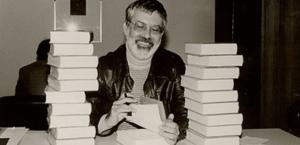 Autor Michael Ende beim Buch-Signieren